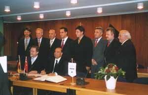 Unterzeichnung der Partnerschaftsurkunde in Troisdorf während des Besuchs einer türkischen Delegation vom 26.11-4.12.2004