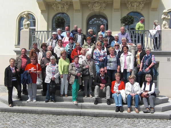 Frohgestimmte Troisdorfer auf den Stufen des weltberühmten Uhrenmuseums Glashütte