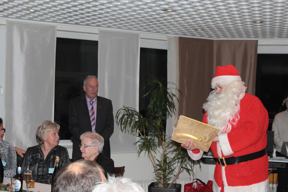 Der Weihnachtsmann liest etwas vor